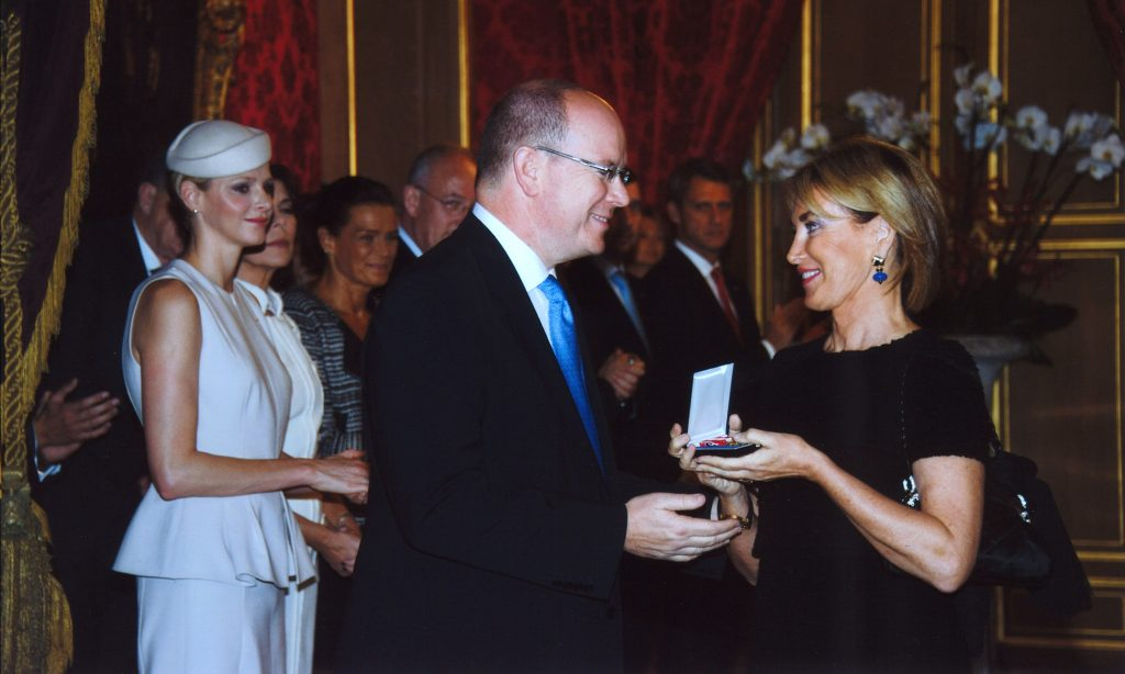 S.A.S. Le Prince Albert II de Monaco décore Mme Maria Elena Cuomo de l'Ordre de Saint Charles