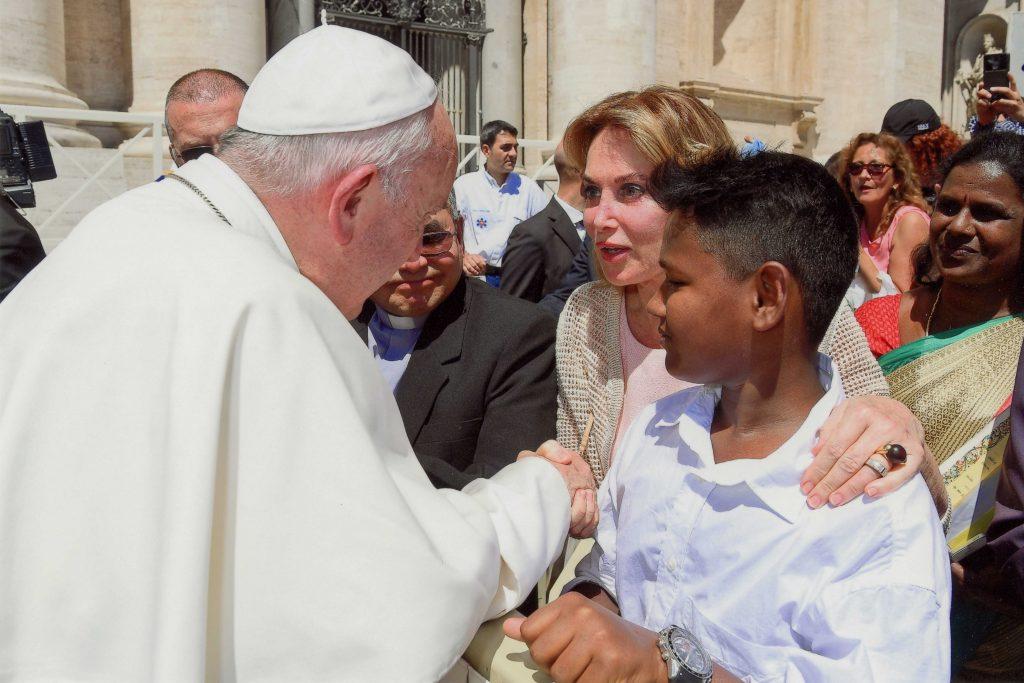 Mme Maria Elena Cuomo présentant Roshan, bénéficiaire de la Fondation à Sa Sainteté François I